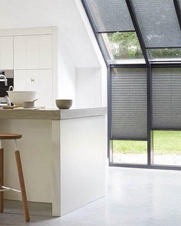 raamdecoratie schuine ramen duette shades voor serre
