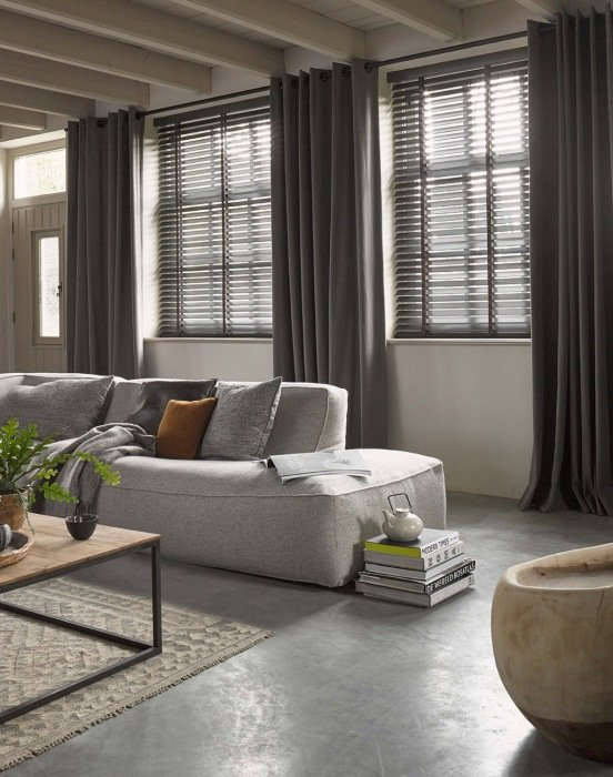 Zachte linnen gordijnen in een robuust interieur   Kok Wonen en Lifestyle