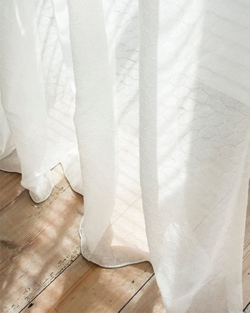https://mrwoon.nl/images/news/detail/witte-gordijnen-met-houten-vintage-vloer-360x450.jpg